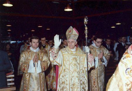 Le cardinal Ratzinger célèbre la messe traditionnelle