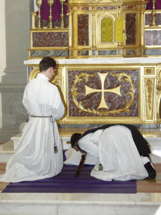 08 - Adoration de la Croix à la manière traditionnelle par le diacre et le sous-diacre - la croix est posée sur le suaire.