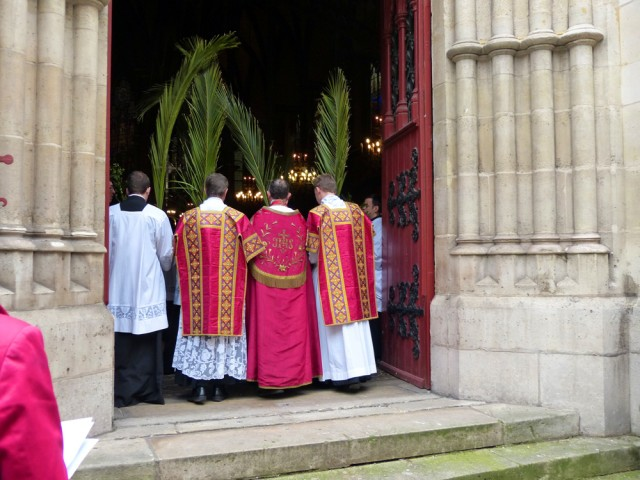 Entrée du clergé dans l'église après l'ouverture solennelle des portes