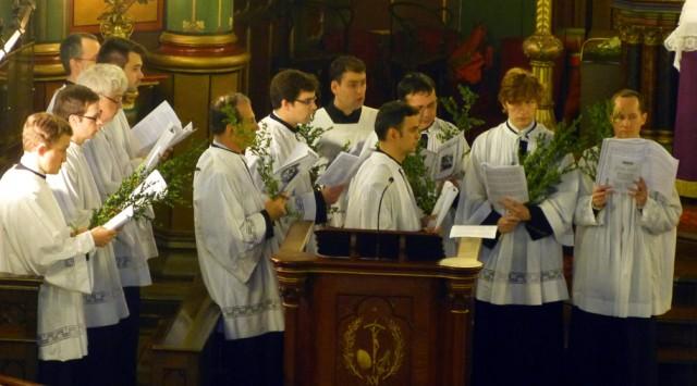 Les chantres chantent les réponses de la synagogue à plusieurs voix