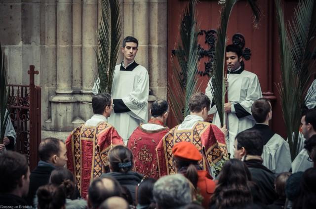 Dimanche des Rameaux 2013 : devant les portes fermées de l'église : chant du Gloria laus