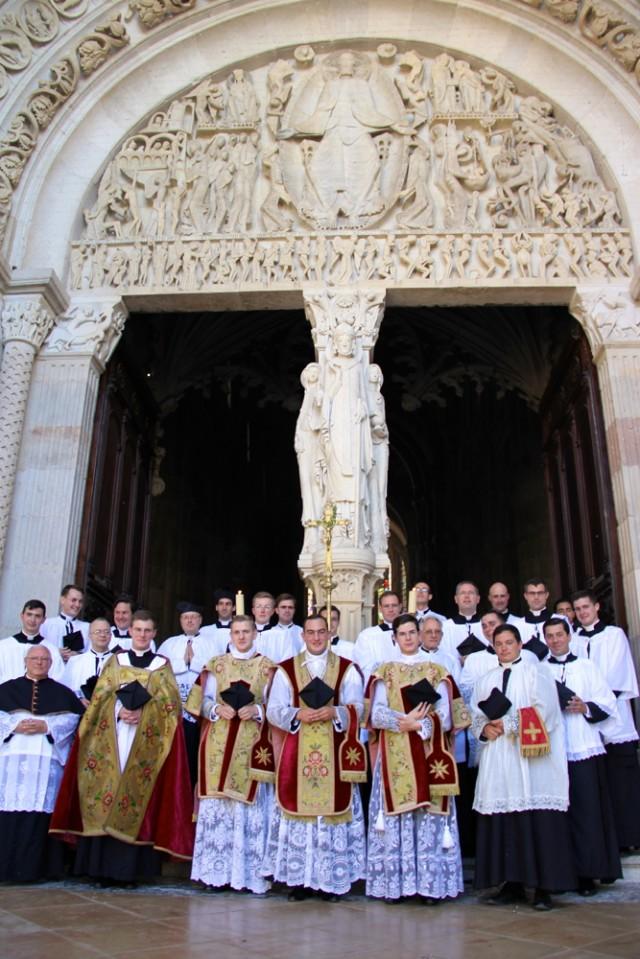 Après la messe, devant le portail de la cathédrale d'Autun.