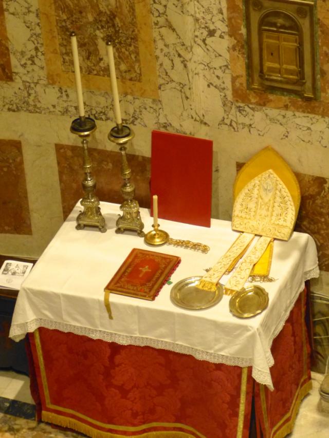 La crédence préparée avant les vêpres pontificales