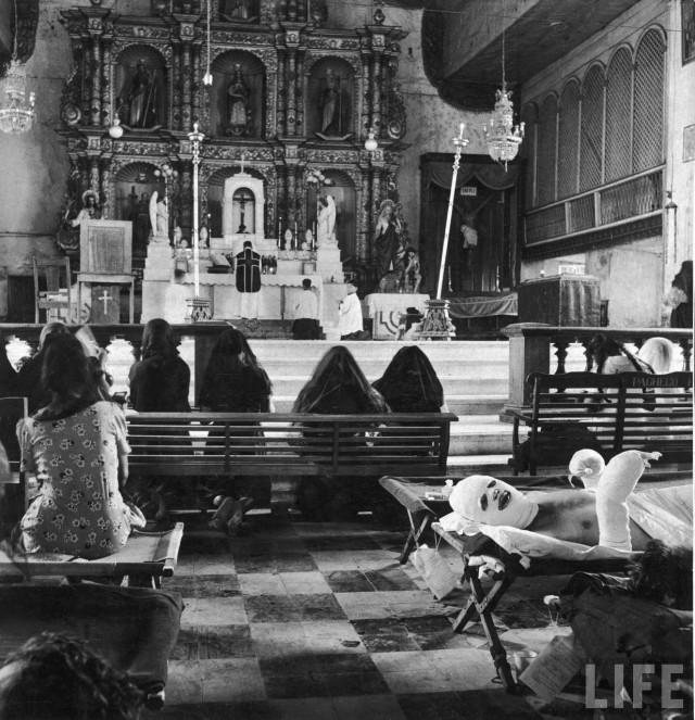 Messe célébrée dans la Cathédrale de Palo transformée en hôpital militaire, Ile de Leyte, Philippines