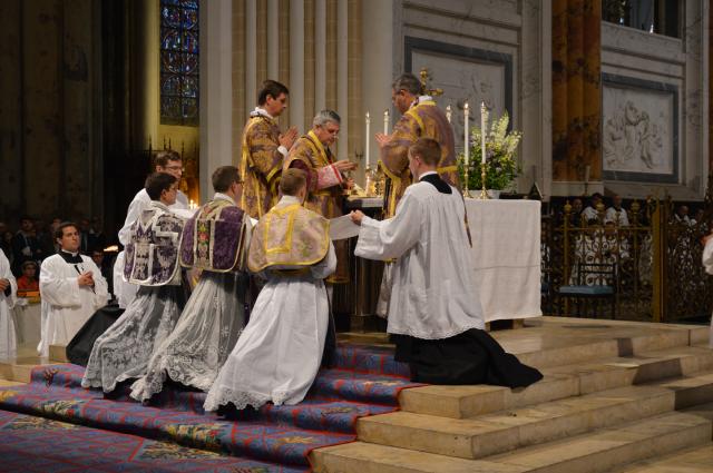04 Communion par le pontife des 3 nouveaux prêtres © François N