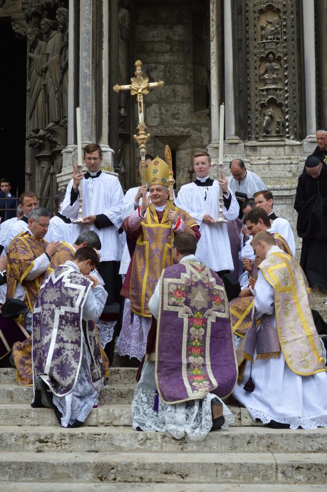 07 Sur le parvis de la cathédrale de Chartres, après la cérémonie, ultime bénédiction par Mgr Aillet © François N
