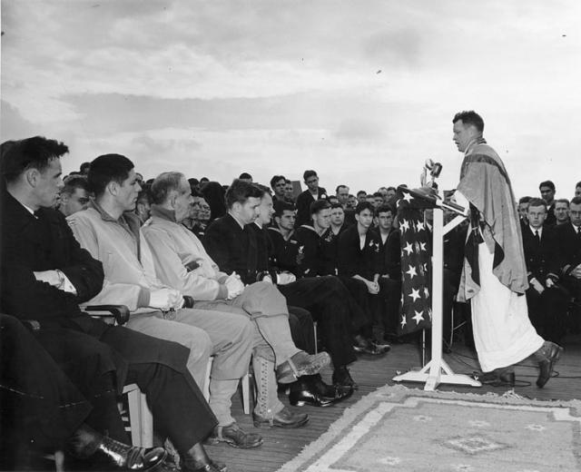 Messe en mer à bord du USS Ancon le 3 juin 1944