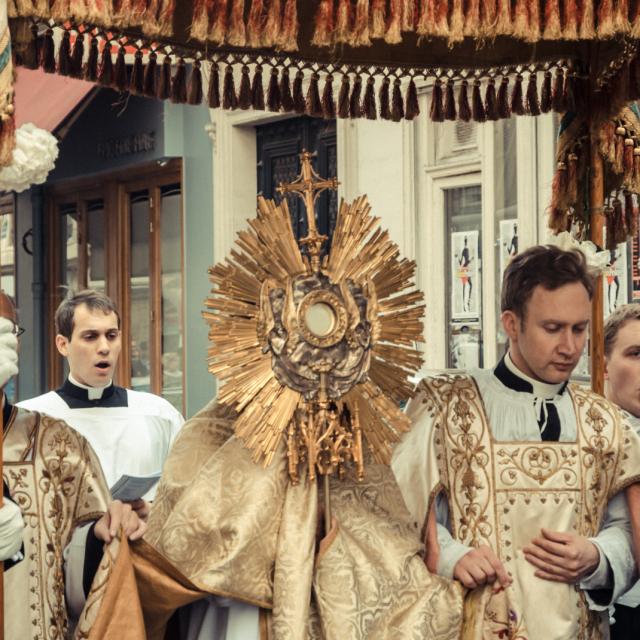 Procession de la Fête-Dieu (Corpus Christi) dans les rues du quartier de Saint-Eugène à Paris (crédit photographique - Gonzague B)