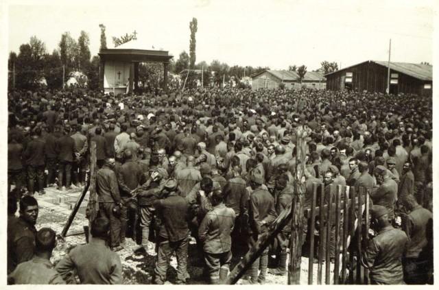 Des prisonniers de guerre austro-hongrois assistent à la sainte messe dans un camp de prisonniers de guerre en Italie en 1917