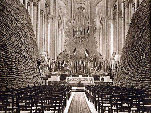 L'intérieur de la cathédrale d'Amiens, avec des sacs de sable destinés à renforcer le bâtiment contre les obus - 1918