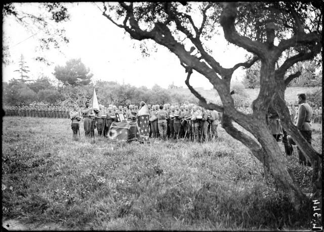 Réunis sur la place d'armes du camp Mirabeau, près de Marseille, les troupes du deuxième régiment de la première brigade d'infanterie russe fêtent Pâques célébrée par le père Okouneff, aumônier du régiment