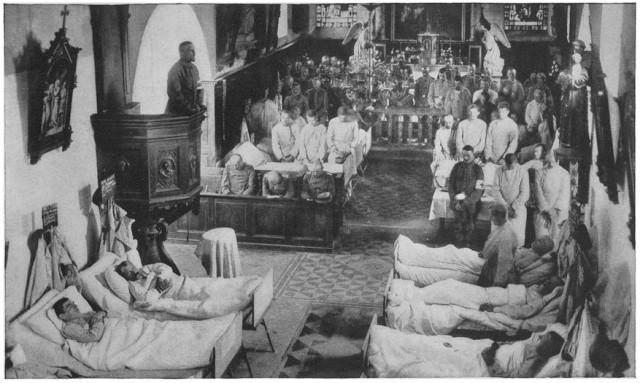 Un aumônier prêche dans une église française transformée en hôpital