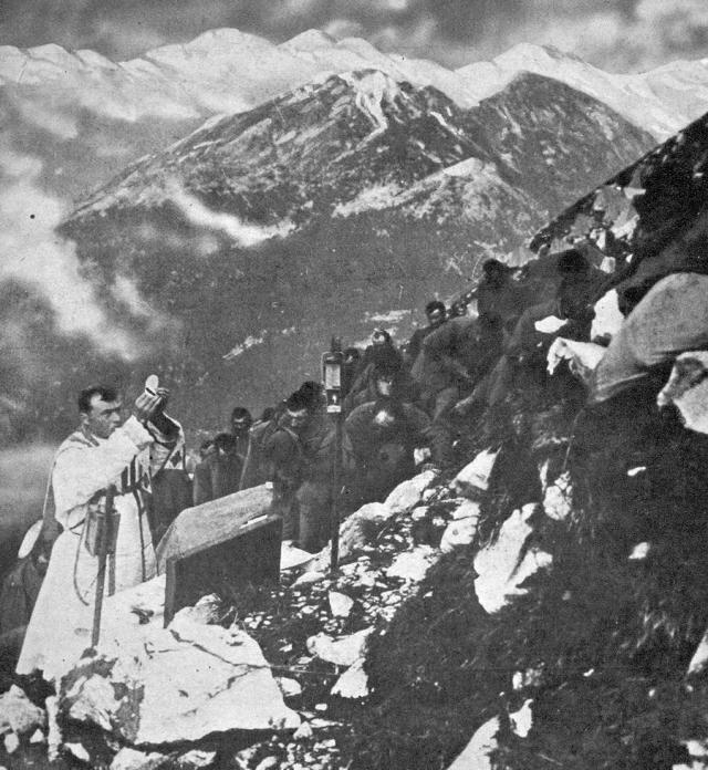 Un prêtre dit la messe pour les troupes italiennes dans les montagnes du Tyrol - New York Times du 27 février 1916