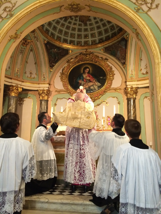 05 - Messe basse prélatice de Mgr Oliveri, évêque d'Albenga, dans la chapelle de l'évêché - l'élévation du Corps du Seigneur