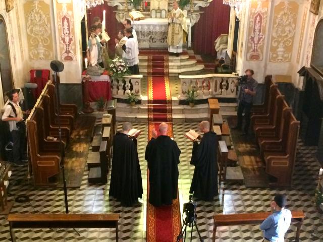 08 - La messe depuis la tribune, avec les Bénédictins & les Films du Lutrin en pleine action