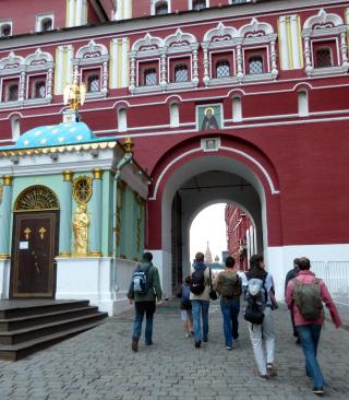 En pèlerinage à Moscou, les grands clercs de Saint-Eugène passent les portes de la Résurrection qui donnent accès à la Place Rouge - A gauche, la chapelle de Notre-Dame des Ibères