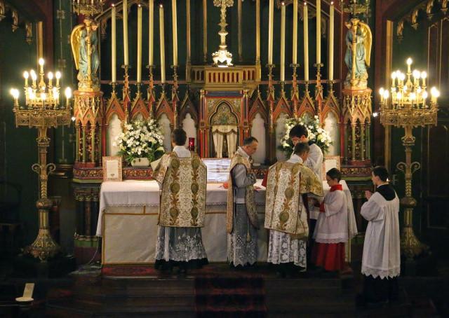Messe de la solennité de l'Epiphanie - imposition de l'encens par le célébrant avant l'Evangile.