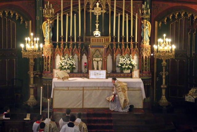 """Messe de la solennité de l'Epiphanie - prosternation lorsque le diacre chante ce passage de l'Evangile : """"Et procidéntes adoravérunt eum""""."""