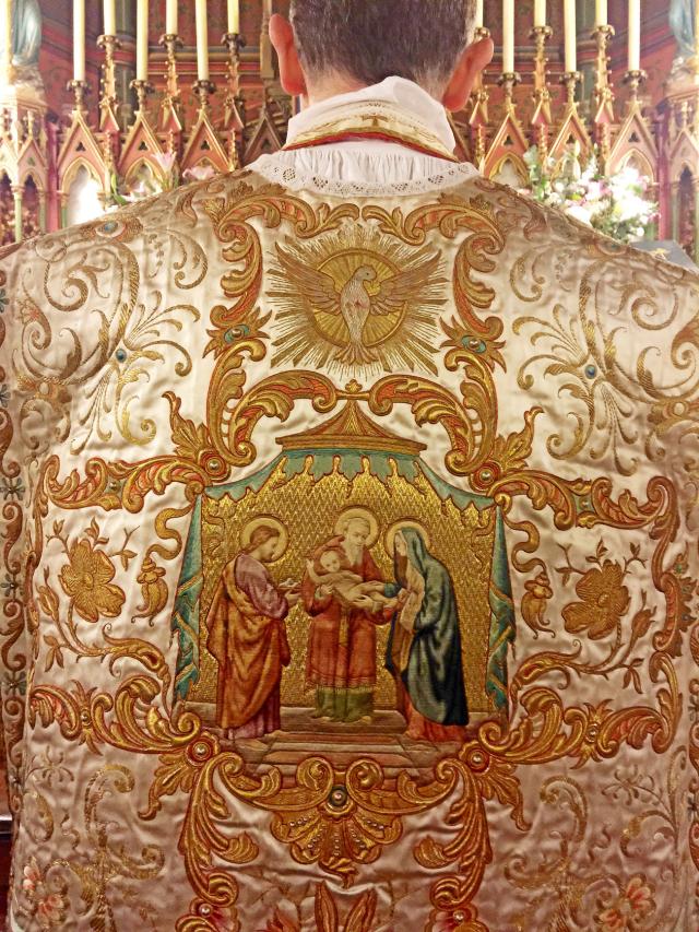 Chasuble portée par le célébrant, représentant la Rencontre du Seigneur avec le vieillard Syméon.