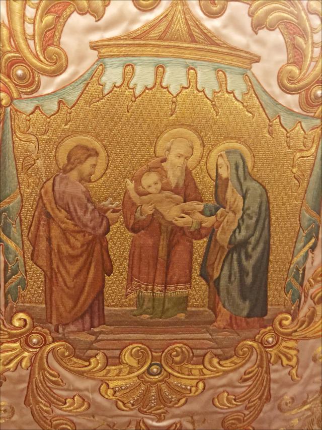 Détail de la chasuble portée par le célébrant, représentant la Rencontre du Seigneur avec le vieillard Syméon.
