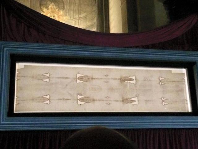 29 Le Saint Suaire offert à la vénération des fidèles dans la cathédrale de Turin