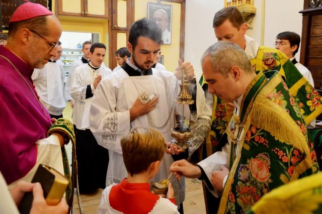 Imposition de l'encens à la sacristie avant la messe.