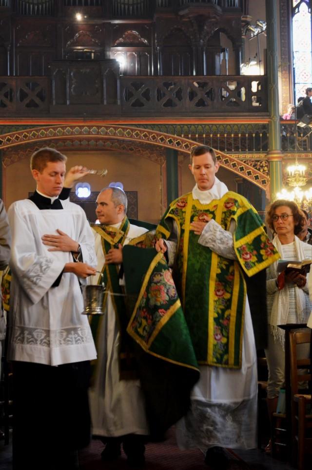 Aspersion des fidèles par leur nouveau curé.