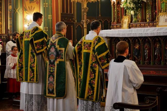 Début de la messe solennelle.