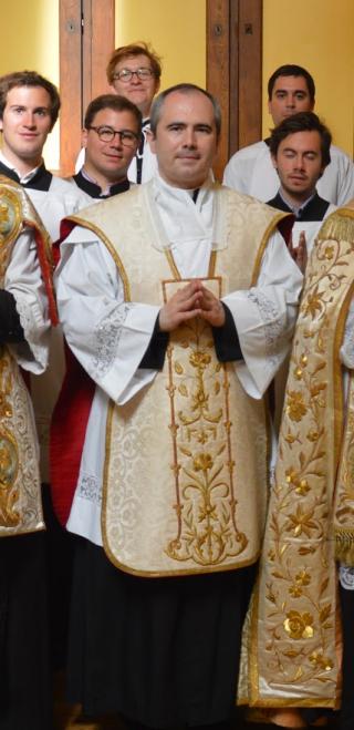 L'Abbé Marc Guelfucci après la procession de la Fête-dieu 2015 à Saint-Eugène