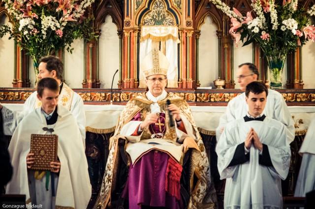 Mgr de Dinechin à Saint-Eugène en 2014 pour les confirmations.