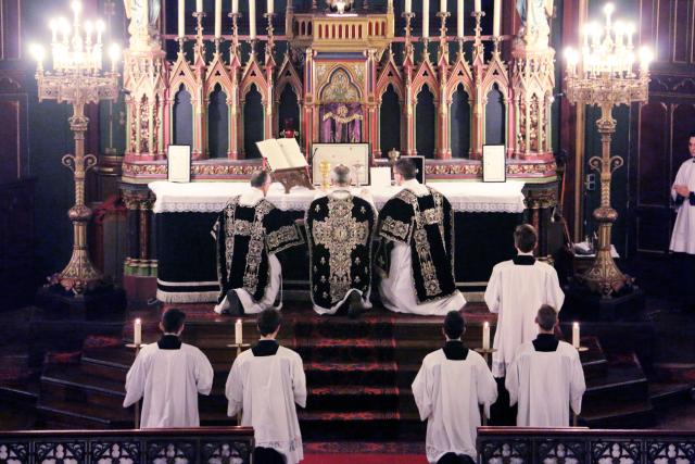 12-Requiem pour Louis XVI - génuflexion avant la communion du clergé