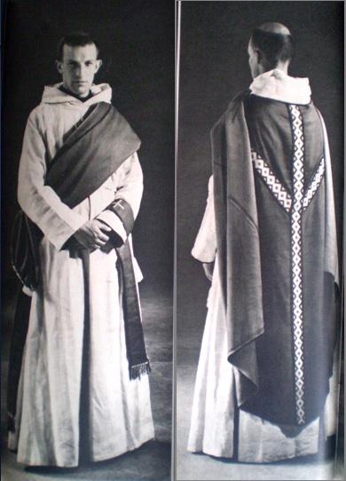 Chasuble du diacre : roulée en bandoulière ou simplement pliée, selon les différents moments de la messe.