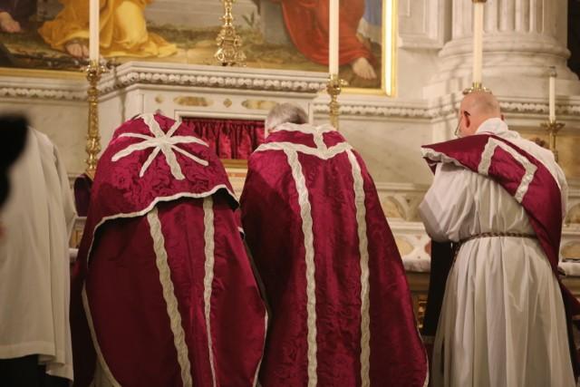 Notez la chasuble transversale roulée - second dimanche de Carême 2016 - Société Saint-Hugues de Cluny - Connecticut.