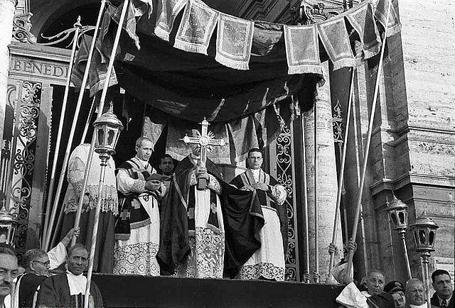 Ostension des reliques de la Vraie Croix le Vendredi Saint devant la basilique Sainte-Croix-de-Jérusalem à Rome