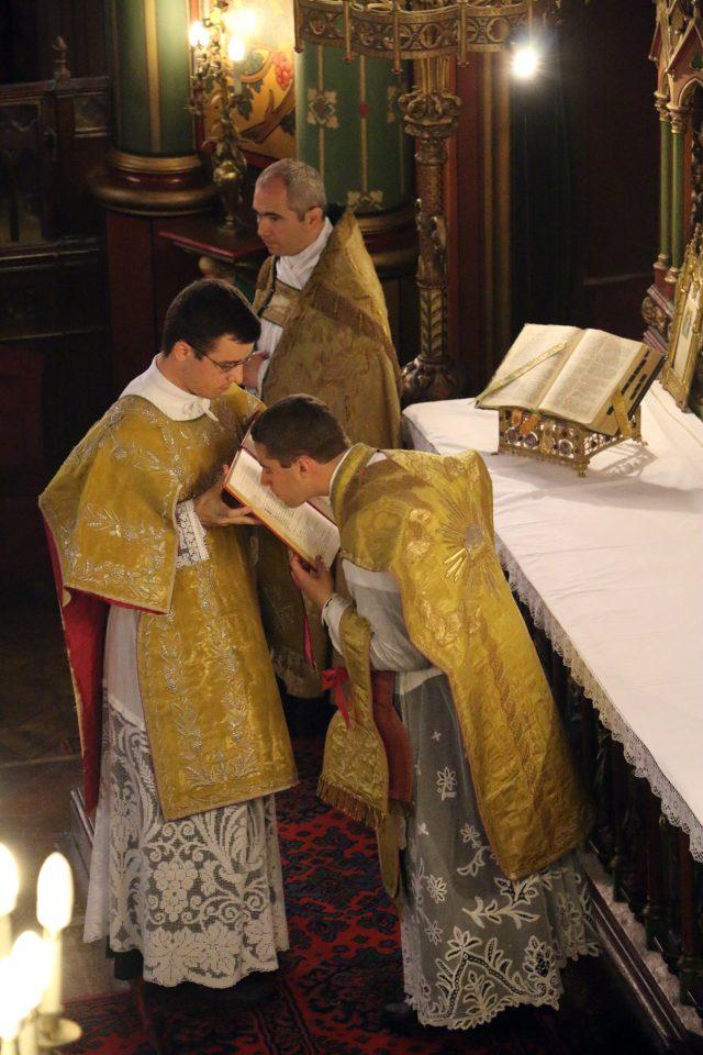 Le sous-diacre fait baiser l'évangeliaire au célébrant.