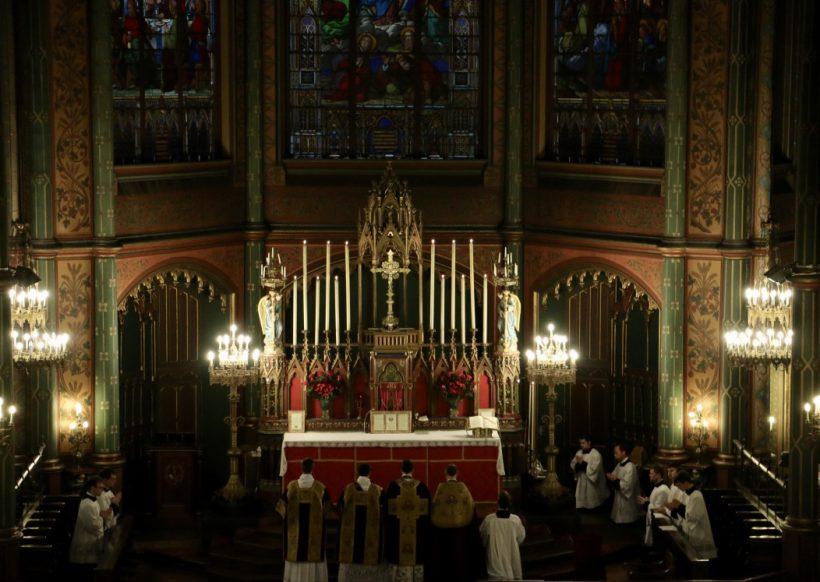 Fête du Précieux Sang -  Les prières au bas de l'autel.