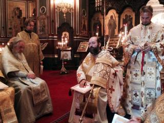L'Archevêque Job de Telmessa célébrant la liturgie de saint Jacques en la cathédrale Saint-Alexandre-Nevsky de la rue Daru à Paris