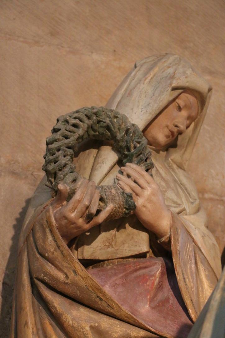 Mise au tombeau Semur-en-Auxois. Saint femme portant la couronne d'épines.