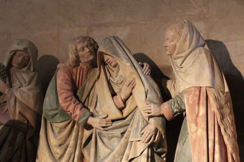 Mise au tombeau Semur-en-Auxois : le groupe central : la Vierge Marie est soutenue par saint Jean et sainte Marie Madeleine.