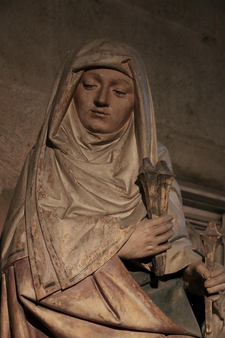 Mise au tombeau Semur-en-Auxois. Saint femme portant les clous de la Passion.