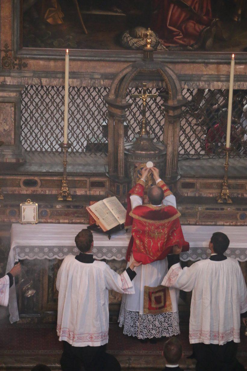 San Maurizio al Monastero Maggiore : messe ambrosienne traditionnelle : élévation du Corps du Seigneur