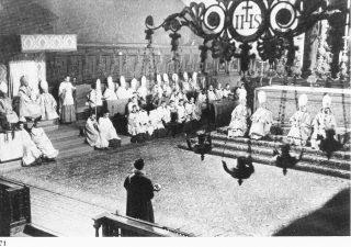 Messe pontificale du cardinal Schuster au Dôme de Milan. Les chanoines de la cathédrale de Milan sont mitrés.