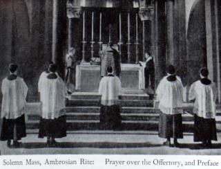 Messe solennelle en rit ambrosien : oraison sur les oblats et préface. Notez la position du diacre et du sous-diacre aux cardes (coins) de l'autel.