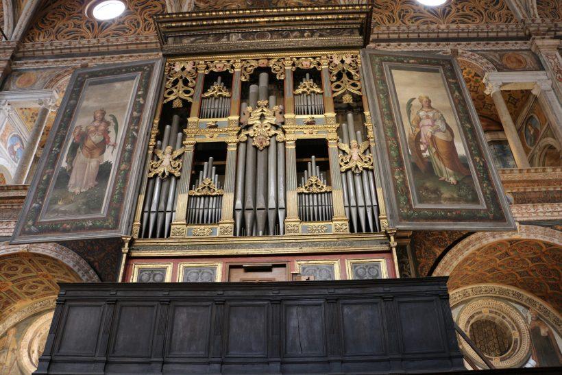 L'orgue commandé en 1554 à Gian Giacomo Antegnati. Il est situé dans la nef des moniales
