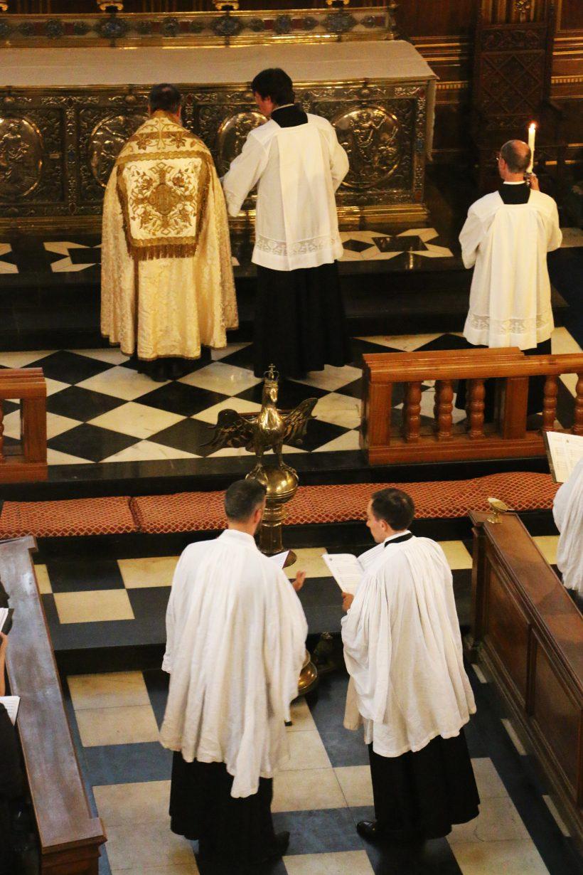 Chant du premier Benedicamus Domino par les deux recteurs du chœur, selon l'usage de Sarum