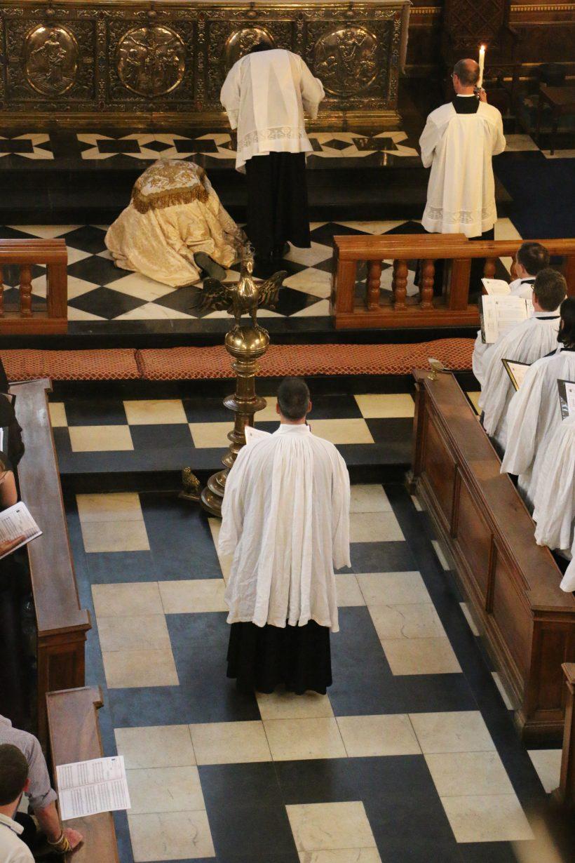Prosternation du célébrant au pied de l'autel avant l'encensement du Magnificat, selon l'usage de Sarum.