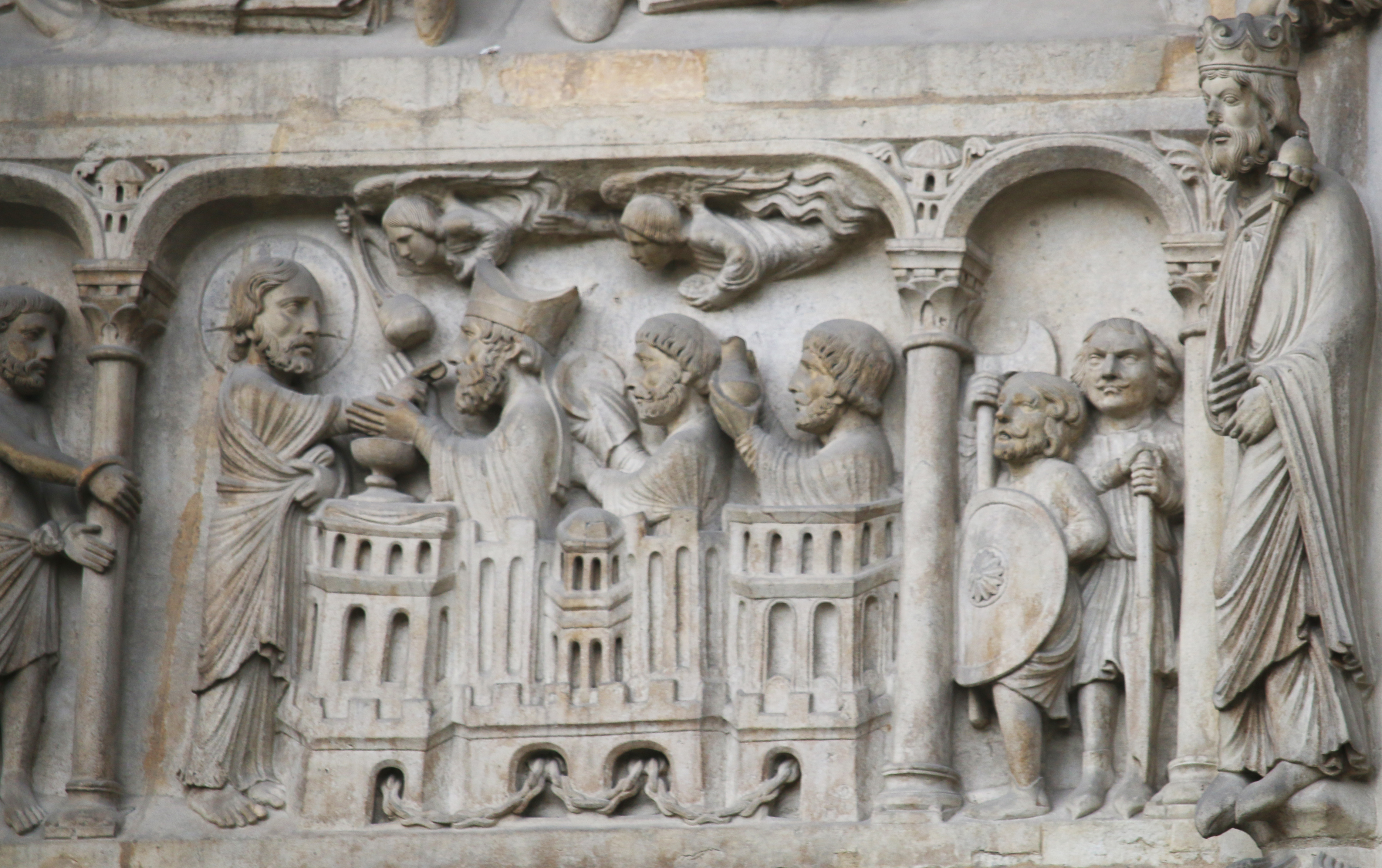 Basilique de Saint-Denis, portail royal : les martyrs reçoivent la communion des mains du Christ