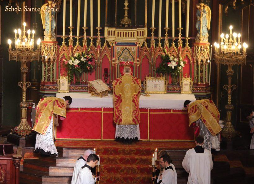 Fêtes patronales 2019 - Sainte messe de la solennité de saint Eugène -  communion du célébrant.