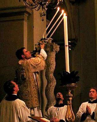 Allumage du cierge pascal par le diacre à l'aide du trident durant l'Exultet de la Vigile pascale