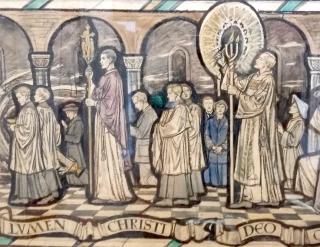 Procession avec le trident qu'allume le diacre à la Vigile pascale traditionnelle - vitrail de l'église Saint-Michel et de la Sainte-Famille, Kesgrave, Angleterre.